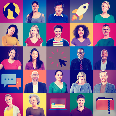 Multiethnic 사람들은 다채로운 스마일 세로 기술 개념