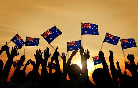 Groep Mensen Golvende Australische Vlaggen in Tegenlicht