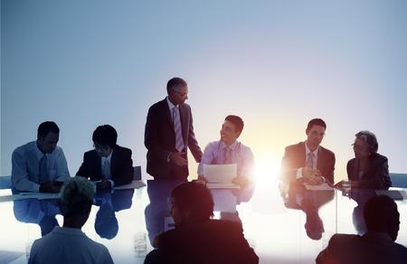 LIDER: Gente de negocios Reuni�n de Trabajo Trabajo en equipo Concepto Foto de archivo