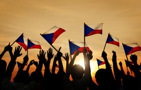 Silhouetten van mensen die de vlag van de Filippijnen Stockfoto