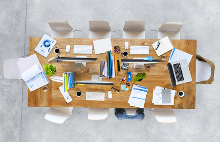 habitacion desordenada: Tabla de la oficina moderna con equipos y Sillas Foto de archivo