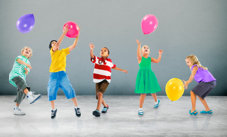 ni�as jugando: Felicidad multi�tnico Ni�os Balloon Amistad Concept Foto de archivo