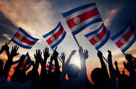 コスタリカの旗を持っている人のシルエット