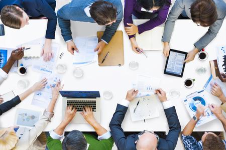 cooperacion: Diversas personas de negocios en una reunión