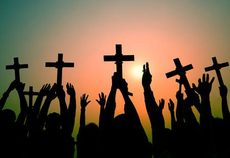 manos levantadas al cielo: Manos que sostienen la Cruz Cristianismo Fe Fe Concepto