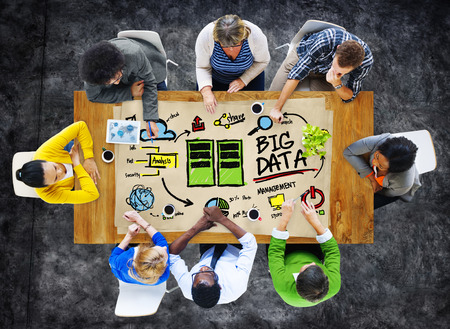 多様性ビジネス人々 の大きなデータ管理コンセプトをブレインストーミング