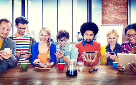 comunicação: Diversos dispositivos digitais sem fio Pessoas Conceito Comunicação
