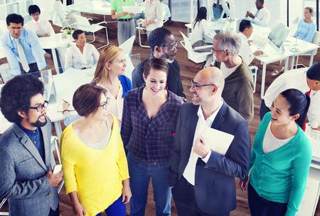 personas de pie: Organización de Apoyo Diversidad Equipo concepto de trabajo Discusión Foto de archivo