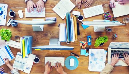 사무실에서 비즈니스 사람들이 바쁜 워킹 그룹