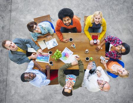 diversidad: Grupo de diversa Alegre Dise�adores Mirar hacia arriba Foto de archivo