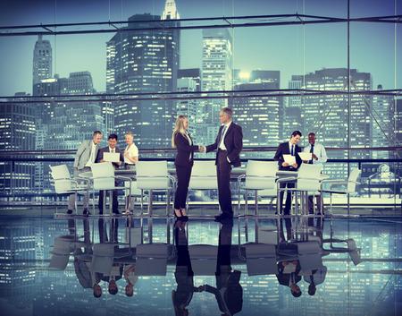 ビジネス人々 手を振るチームワーク協働契約
