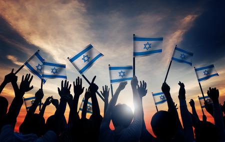 Sagome di persone tenendo la bandiera di Israele Archivio Fotografico - 41400539