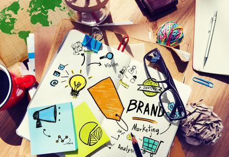 oficina desordenada: Concepto Sucias tabla de la oficina del lugar de trabajo de Marketing de Marca