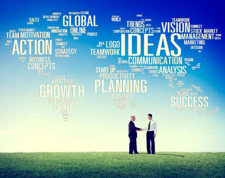 personas saludandose: Global Hombres de negocios del apret�n de manos de felicitaci�n Ideas Concept Foto de archivo