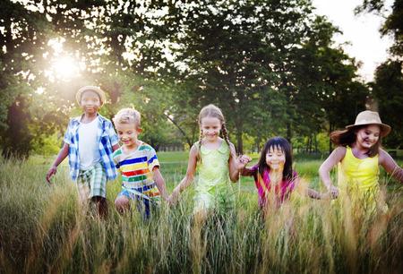 enfant qui joue: Diversit� enfants Amiti� Enfance Enthousiaste Concept