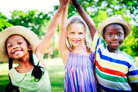 spielende kinder: Vielfalt Kinder Freundschaft Kindheit Fröhlich Konzept