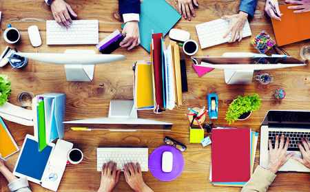 oficina desordenada: Grupo de Negocios Oficina de Trabajo Personas Escritorio Concepto Foto de archivo