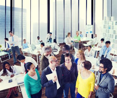 trabajo en la oficina: Organizaci�n de Apoyo Diversidad Equipo concepto de trabajo Discusi�n Foto de archivo