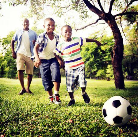 familias jovenes: Familia africana de vacaciones Felicidad Holiday Actividad Concept
