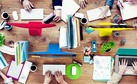 oficina desordenada: Grupo de hombres de negocios contempor�neo de Trabajo Concepto del Proyecto