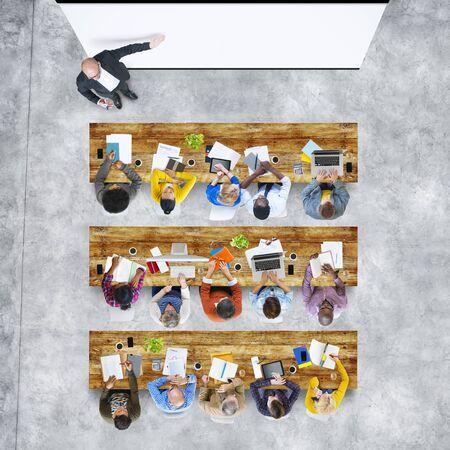 liderazgo empresarial: Vista aérea Gente Aprendizaje Conceptos Educación Formación Estudiar Foto de archivo