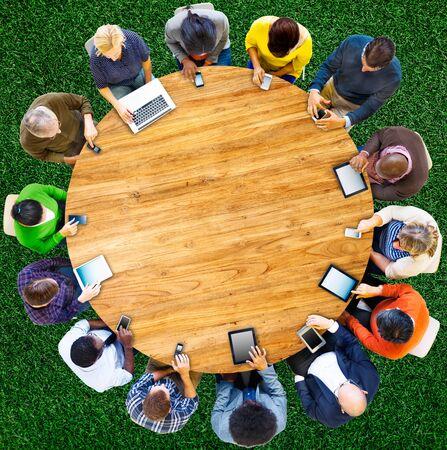 conexiones: Grupo de personas multiétnicos conectado Dispositivos Digital Concept