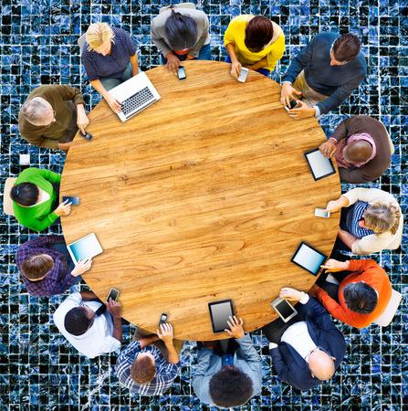 abstrakte muster: Multiethnischen Gruppe der Menschen verbunden Digital Devices Konzept