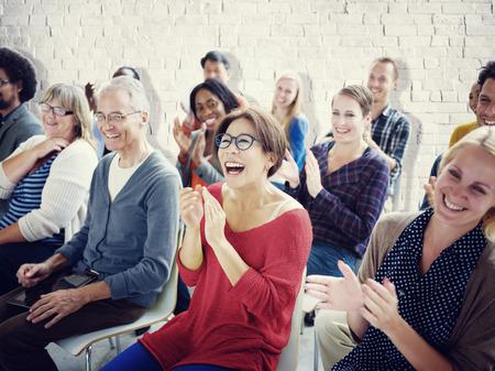 menschenmenge: Volkszugeh�rigkeit Publikum Menschenmenge Seminar Fr�hlich Gemeinschaft Konzept