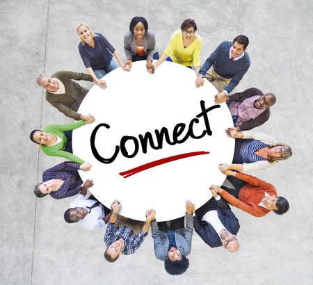 Diverse mensen in een cirkel met Connect Concept