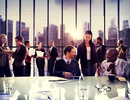 üzlet: Üzleti emberek irodában dolgozó Vita csapat koncepció