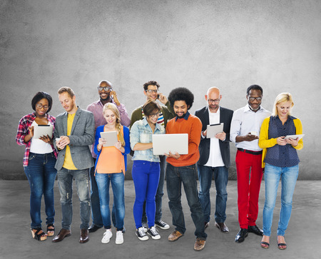 lidé: Skupina lidí, kteří používají digitální zařízení technologické koncepce Reklamní fotografie
