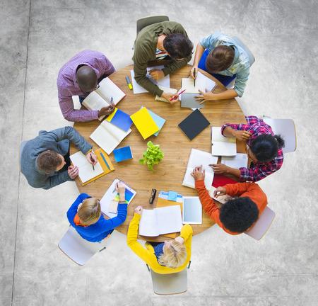 Diversity Lässige Team-Sitzung Brainstorming-Konzept