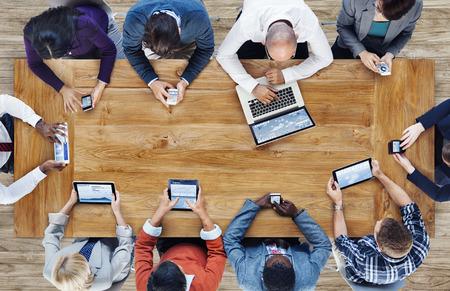 Csoport üzleti élet a digitális eszközök használói Stock fotó