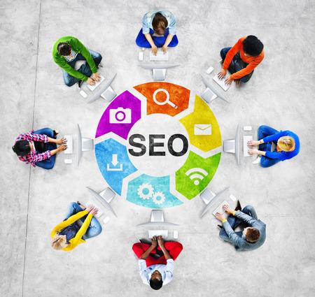 사람들이 소셜 네트워킹 및 검색 엔진 최적화 개념 스톡 콘텐츠