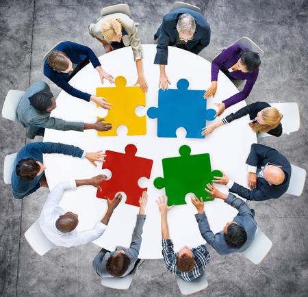 비즈니스 사람들이 직소 퍼즐 협업 팀 개념