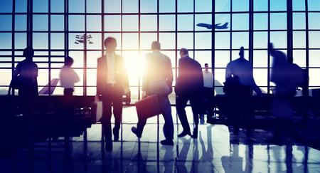 gente aeropuerto: Terminal del Aeropuerto Internacional de Viajes de Negocios Concepto de viaje