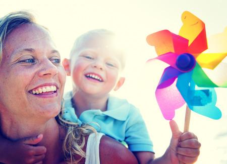 母息子楽しいリラクゼーション家族の概念を結合 写真素材