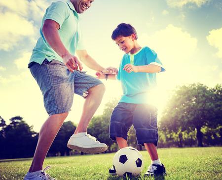 jugando futbol: Familia Padre hijo que juegan Concepto de Verano de Fútbol