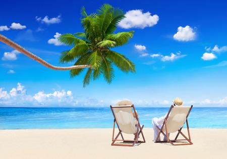 vacanza al mare: Coppia Relax spiaggia vacanze estive concetto di vacanza