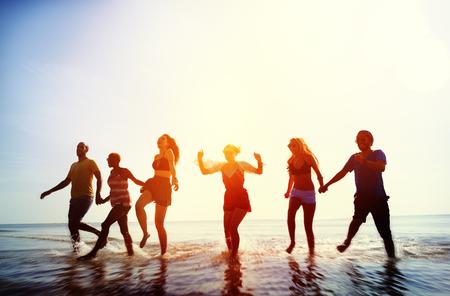 tomados de la mano: Amistad Freedom Beach Summer Holiday Concepto Foto de archivo
