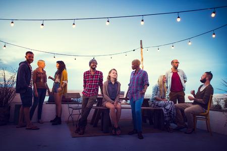 junge nackte frau: Diversity Sundown Strand Chatten Roof Top Fun Konzept