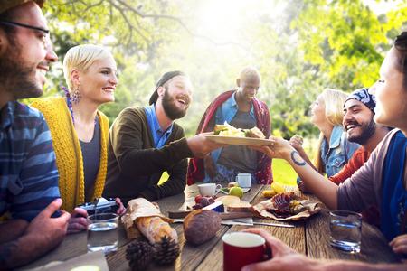 友人を祝うパーティー ピクニックうれしそうなライフ スタイル コンセプトを飲む