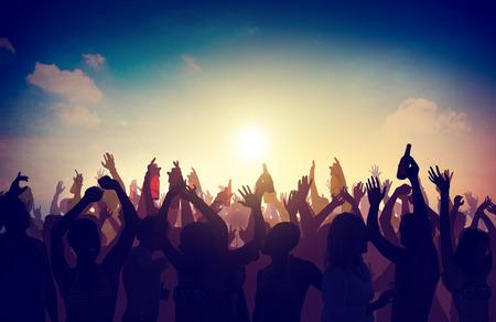 Люди толпы партии празднование Напитки поднятыми руками Концепция
