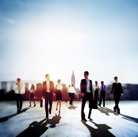 persona caminando: Negocios personas que se desplazan Hora punta City Life Concept