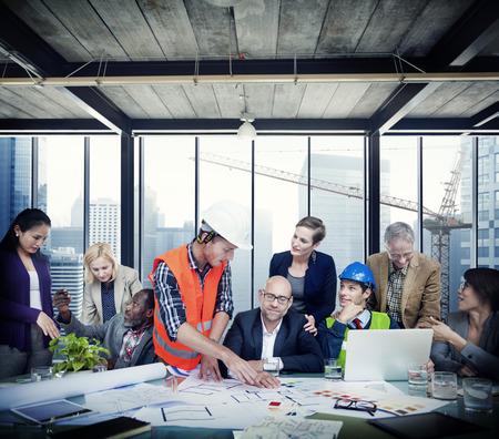 ビジネス人建設労働者ディスカッション チームワーク概念