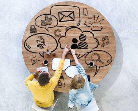 Verschiedenartigkeit Menschen Brainstorming Medienkommunikation Online-Konzept