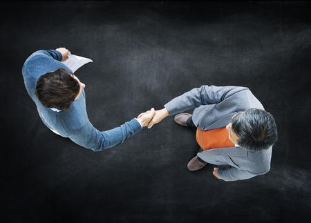 commitment: Concepto Empresarios apret�n de manos Asociaci�n Corporativa Foto de archivo