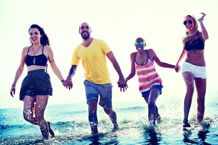 personas caminando: Diverse Summer Beach amigos de la mano Concepto Foto de archivo