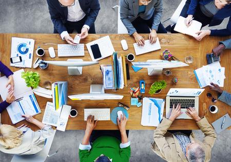 Gruppe Geschäftsleute, die im Büro arbeiten Standard-Bild - 41874563
