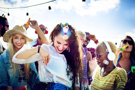 10 代の若者の友人ビーチ パーティー幸福概念